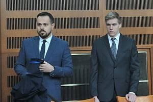 Lukáš Tuček (vpravo) před Krajským soudem v Hradci Králové.