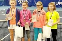 Nela Odehnalová (vpravo), vicemistryně ČR v tenisové čtyřhře mladších žákyň.
