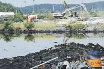 MAĎARSKÁ HROZBA. Podle výsledků právě skončených kontrol odkališť ve východních Čechách jsou všechna v naprostém pořádku. Kontroly byly generálním ředitelstvím hasičů nařízeny po nedávné tragédii v Maďarsku, kde se protrhla hráz odkaliště hliníkárny.