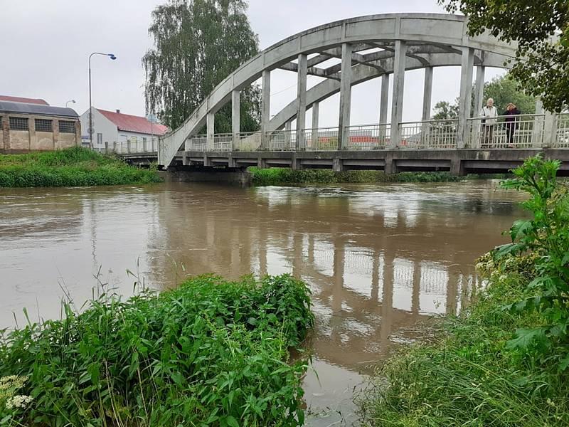 Orlice po mostem v Týništi.