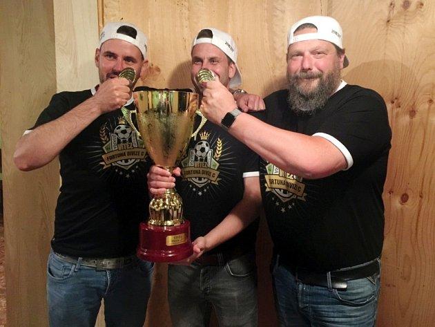 TRENÉRSKÝ TRIUMVIRÁT Pavel Mansfeld, Vladimír Chudý a Jiří Jansa (zleva) se s pohárem mazlil dlouho.