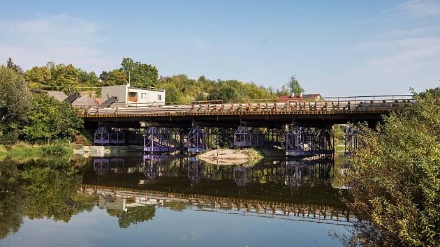 Výstavba nového mostu ve Svianrech v Hradci Králové.