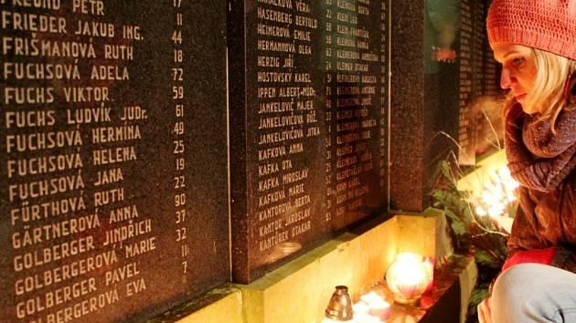Uctění památky obětí holocaustu na židovském hřbitově na královéhradeckém Pouchově.
