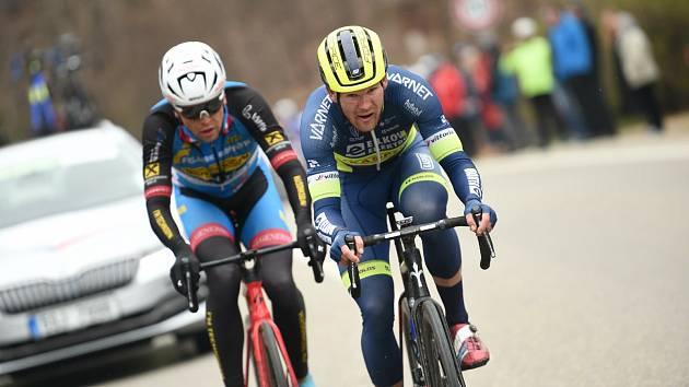 VSTŘÍC VÍTĚZSTVÍ v závodě Brno – Velká Bíteš – Brno míří Michael Kukrle (vpravo) z hradeckého týmu Elkov Kasper.