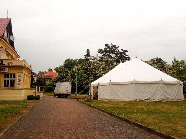 Divadlo Drak, které je každoroční součástí festivalu Divadlo evropských regionů, si letos pro diváky připravilo novinku. Před budovou divadla si postavilo vlastní šapitó.