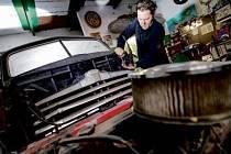 Jan Tomek u svého budovaného vozu.