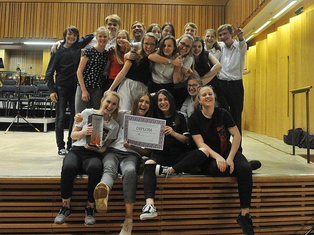 Mladí hradečtí hudebníci při soutěžním vystoupení vsále Moravské filharmonie vOlomouci.