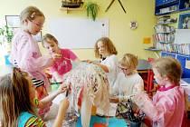 Děti při tvoření.