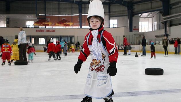 Karneval na ledě v malé hale hradeckého zimního stadionu.