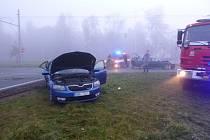 Nehody v mlze. Řidiči si jen pomačkali plechy aut.