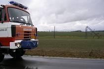 Stožáry elektrického vedení se kácely jako sirky. Na snímku oblast mezi Novým Bydžovem a Praskem.
