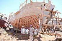 Námořní kapitán Josef Dvorský z Hradce Králové staví s kolegou Danem Roseckým a dalšími lidmi v egyptském Suezu repliku brigy z 18. století La Grace.