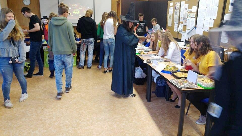Charitartivní pečení na hradeckém Gymnáziu Boženy Němcové.