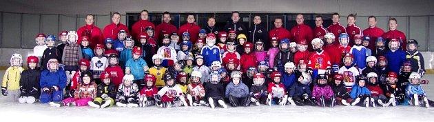 Děti zbruslařské základny Královských lvů Hradec Králové se svými trenéry.