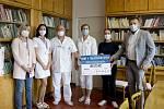 CHARITA. Lékař MUDr. Jiří Hak (třetí zleva) převzal za Dětskou kliniku FN Hradec Králové šek od Pavla Staňka a Sabiny Kvak z nadačního fondu Aquapura.