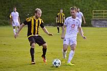 Hradečtí fotbalisté (v bílém) v tuzemském poháru postoupili do 3. kola, když zvítězili 2:0 na půdě divizní Březové.