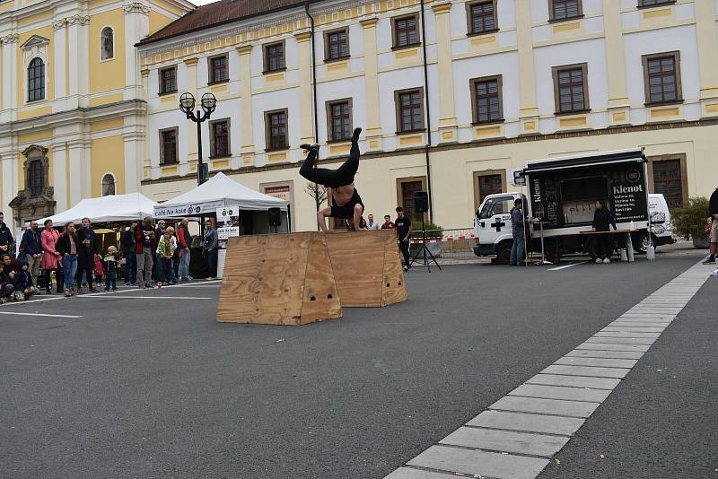 Velké náměstí v neděli odpoledne ožilo uměním.