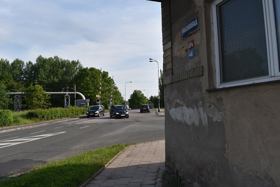 Některé domy v Pouchovské ulici jsou od silnice vzdáleny jen dva až tři metry.