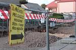 Opravy ulic a silnic komplikují život řidičům i chodcům.