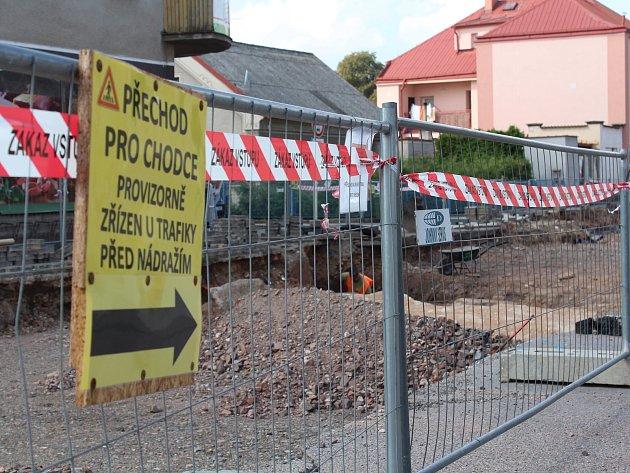 Opravy ulic a silnic komplikují život řidičům ichodcům.
