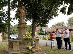 Vzpomínkové setkání u sochy sv. Jana Nepomuckého v Šaplavě.