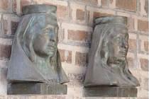 Busty Elišek trpělivě hlídají předsíň hradecké katedrály.