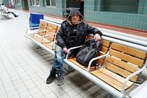 Čekání na vlak a naději v prostorech hradeckého vlakového nádraží.