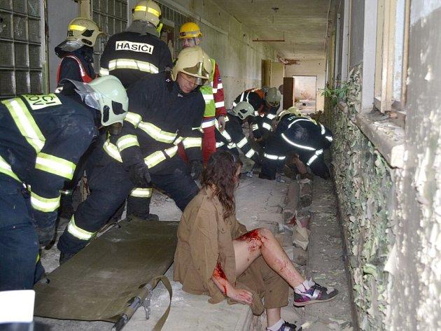 HASIČI si při cvičení Maafex 2012 vyzkoušeli mnoho situací, se kterými se nesetkávají každý den. Lidé takováto cvičení velice uznávají.