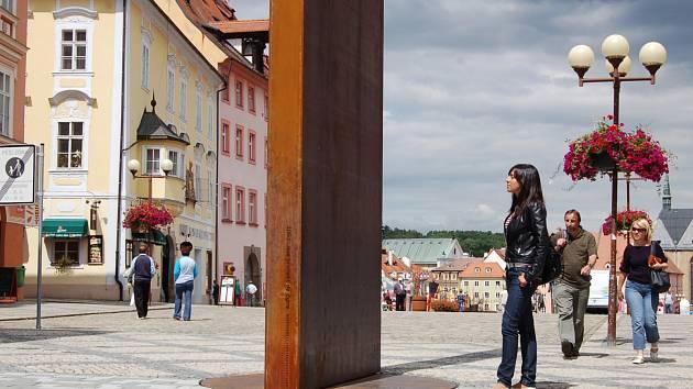 Artefakt Brána času stojí na zrekonstruované chebské pěší zóně.