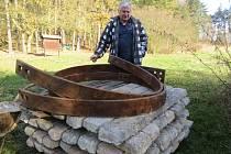 SEISMOLOG Milan Brož z Geofyzikálního ústavu představil důlní výztuže, které vyplní vstup do Komorní hůrky.