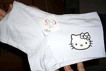 Chebští celníci našli v jednom kontejneru z jihovýchodní Asie více jak devět tisíc kusů dámských kalhotek, u kterých je podezření, že porušují ochrannou známku Hello Kitty.