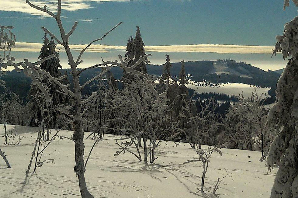 V pozadí hora Plešivec.