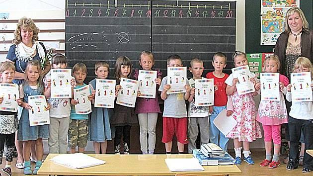 VELKÁ JEDNIČKA! Děti, které se v září chystají do první třídy v Dolním Žandově, mají za sebou deset hodin ve Školičce. Za svou velkou píli si všichni budoucí prvňáčci odnesli první vysvědčení.