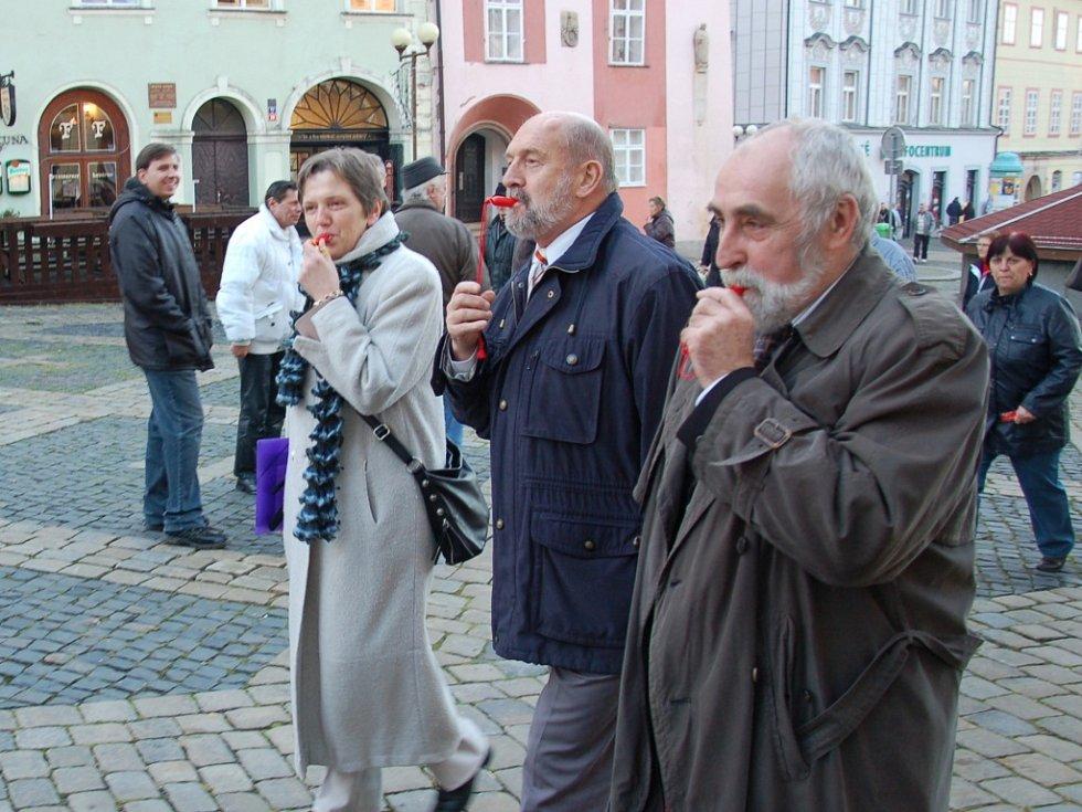 Děti, dospělí i celé rodiny zaplnili prostor před chebskou radnicí. Konala se zde osvětová kampaň 'Stop násilí na dětech´.