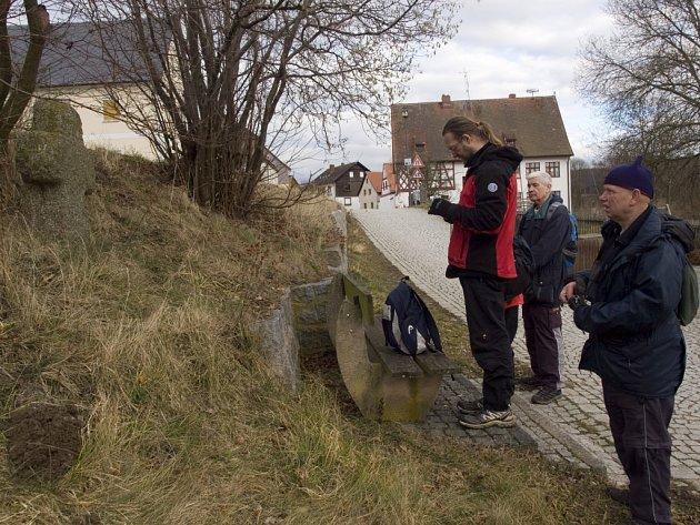 TURISTÉ se v rámci akce vydali také ke smírčímu kříži v německém Neualbenreuthu.
