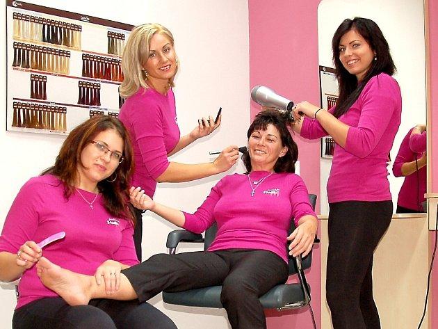 USMĚVAVÝ TÝM odbornic ze StudiaM nabízí komplexní služby: kadeřnictví, pedikúru, manikúru, kosmetiku, ale také masáže.
