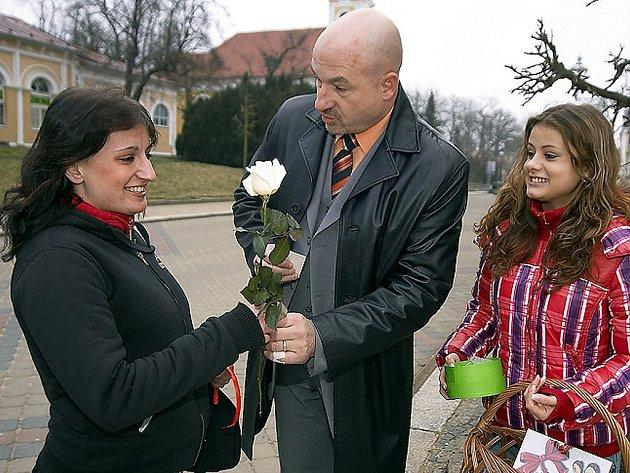 OBDAROVANÍ SE USMÍVALI!   Květina, sladkost i ´srdíčkový kolíček´ –  to včera většinou rozzářilo každou ženu ve Františkových Lázních i v Chebu.