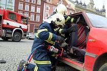 Ukázka vyprošťování raněných z osobního automobilu v podání chebských hasičů
