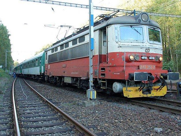 Vlak v blízkosti chebské ulice Antala Staška zranil  muže.