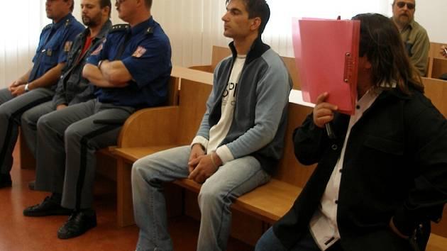 ODSOUZENÍ ZLEVA: Petr Zemianek (4,5 roku), Vladimír Ščasný (dva roky s podmíněným odkladem na tři roky) a Dušan Čonka (3,5 roku) před chebským soudem.