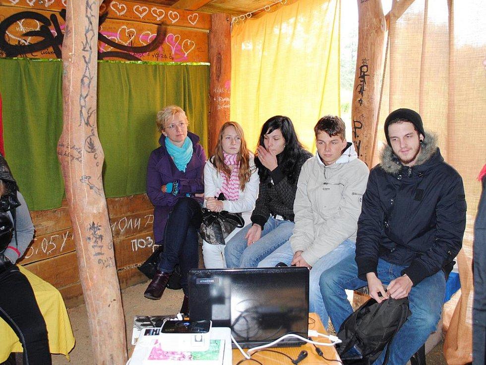 DEN OTEVŘENÝCH DVEŘÍ chebské charity se odehrával poněkud netradičně na Krajince.