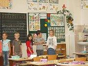 ŽANDOVŠTÍ PRVŇÁČCI se svým rodičům ukázali nejen při vyučování, ale připravili si pro ně krátké pásmo písniček a básniček.