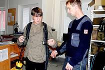 STUDENT Integrované střední školy Cheb Václav Fikar si zkusil u chebských hasičů nejen potěžkat dýchací přístroj, ale také výhled z plošiny vysouvacího žebříku.