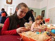 Paličkování, rozmanité výzdobné techniky pro velikonoční vajíčka, pletení pomlázek a košíků, tradiční předení na kolovratu. Nejen tohle bylo k vidění o víkendu v prostorách Muzea Cheb. Konal se tu totiž v pořadí už 19. ročník velikonočního jarmarku.