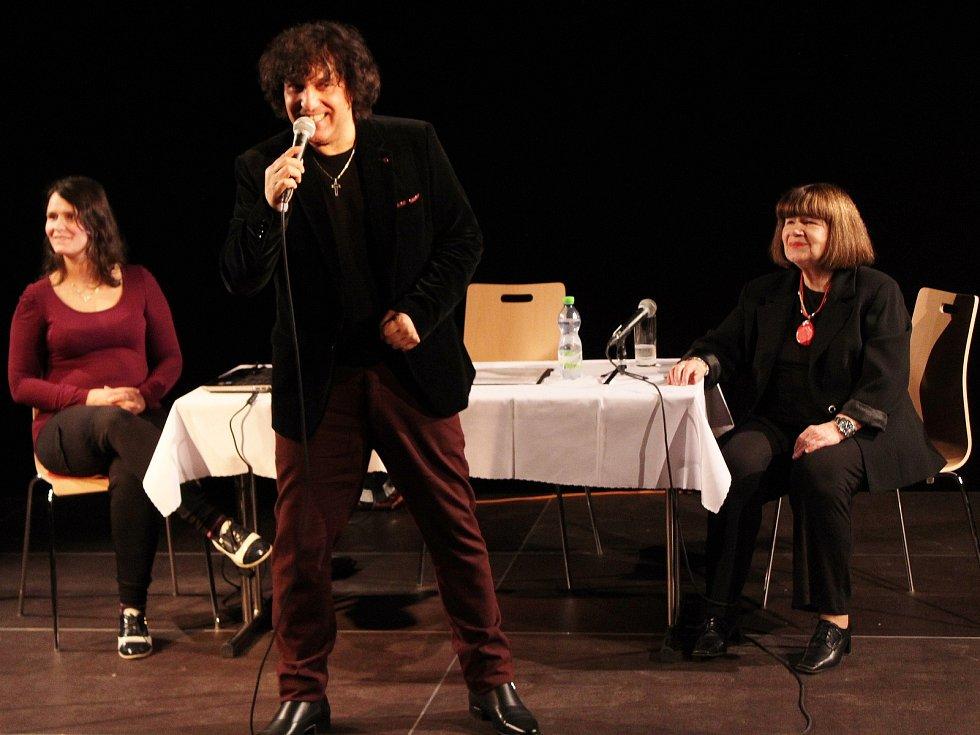 V ašském kulturním centru LaRitma vystoupil zpěvák Hynek Tomm a usměvavá herečka Uršula Kluková.
