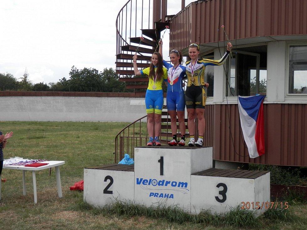Kadetka Anežka Nováková (vlevo)  ukázala, že patří mezi nejlepší bikerky ve sprintu na horském kole, na dráze si dojela v mistrovském závodě na 500m s pevným startem pro druhé místo.
