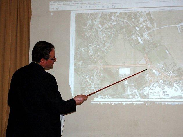 NA LETECKÉM SNÍMKU ukazuje starosta Skalné Radomil Gold, jak bude vypadat nově postavený průtah městem a kde vznikne kruhový objezd