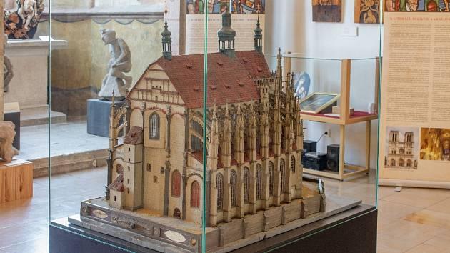 Výstava Stavitelé katedrál: Model chrámu sv. Barbory v Kutné Hoře  (České muzeum stříbra Kutná Hora), v pozadí ve vitríně nahoře Moralesova  Pieta (soukromá sbírka Praha).