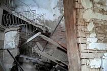 V bývalém hotelu Kavkaz v Mariánských Lázních se zřítila část stropu.