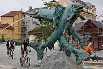 NA POŠTOVNÍ NÁMĚSTÍ do Aše se sjelo na pět desítek cyklistů, aby se zúčastnili otevření nové cyklostezky.